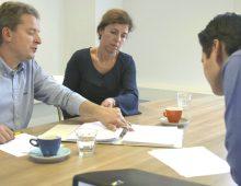 overlopen administratie en boekhouding op kantoor met accountants en ondernemer