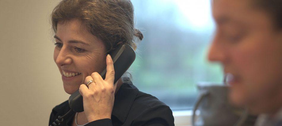 boekhoudster belt klant voor advies over administratie