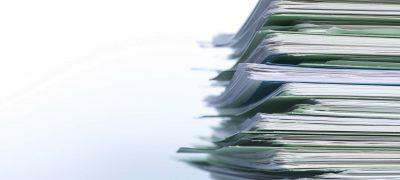 stapel documenten, formulieren en papieren voor de boekhouding en belastingaangifte