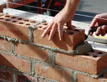 zelfstandige metselaar mets muur in de bouw