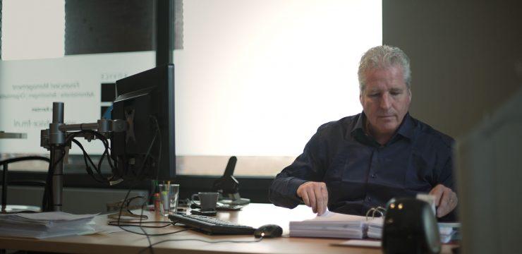 Accountant Jos controleert de administratie en boekhouding van een ZZP'er