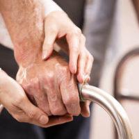 zorgkundige helpt oudere in de zorg