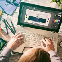 web designer bouwt website en ontwerpt logo